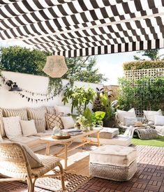 A perfectly furnished terrace with a natural spirit – PLANETE DECO a homes world - Terrasse Ideen Casa Patio, Diy Patio, Backyard Patio, Outdoor Rooms, Outdoor Living, Outdoor Furniture Sets, Outdoor Decor, Indoor Outdoor, Design Exterior