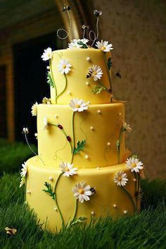 Beautiful Yellow Daisy Wedding Cake Ideas - Fashion and Wedding - Wedding Cake - Kuchen Daisy Wedding Cakes, Daisy Cakes, Bee Cakes, Cupcake Cakes, Cake Wedding, Wedding Themes, Spring Wedding Cakes, Wedding Ideas, Wedding Cookies