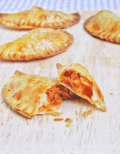 empanadillas de atun receta Entree Recipes, Fish Recipes, Mexican Food Recipes, Cooking Recipes, My Favorite Food, Favorite Recipes, Fresh Meat, Tasty Kitchen, Spanish Food