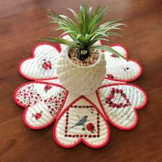 Embroidery Designs and Free Embroidery Patterns Christmas Placemats, Christmas Coasters, Christmas Fabric, Christmas Crafts, Free Machine Embroidery Designs, Applique Designs, Sewing Scarves, Reading Pillow, Burp Cloths