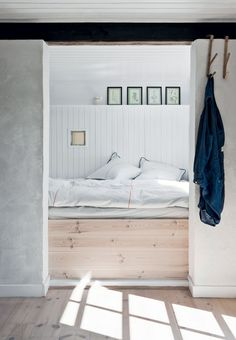 Sommerhusstemning med hvidmalede planker