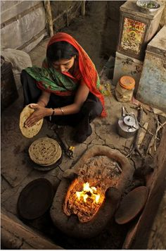 """Somewhere in the vast and barren desert of Rann of Kutch in western Gujarat, a lady prepares roti for lunch for her family."" (photo by Sahil Lodha) Cultures Du Monde, World Cultures, Taj Mahal, Varanasi, Gente India, Pakistan Reisen, Rann Of Kutch, Amazing India, India Culture"