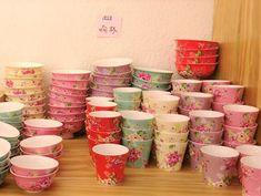 こんにちは!キュレーターのりょうです。 突然ですが、台湾随一の陶器の街「鶯歌陶瓷老街」をご存知ですか? 100軒ほどの陶磁器の店がひしめく「鶯歌(イングァ/yīng gē)」というエリアは、台北駅(台北車站)から電車で30分の観光スポット。 古くから陶器の町として知られていて、とっておきの茶器を探しに行くにも、安くて可愛いお皿を買いに行くにも、大切な人へのお土産を買いに行くにも、ぶらぶらウィンドウショッピングを楽しむにも、(私のように)ただただ陶磁器に囲まれて癒されに行くにもおすすめの人気エリアです。 김치 Love Taiwanさん(@taiwan_ez_tour)がシェアした投稿 - 2017 2月 1 7:01午前 PST 沢山の陶磁器屋さんが軒を連ねる「鶯歌陶瓷老街」の一帯は、台湾鉄道の鶯歌駅から徒歩10分程度。もちろん陶磁器を販売するお店のほかにも、ちょっとした台湾グルメ・小吃を売っている屋台もたくさんあるので、食べ歩きを楽しみながら散策することもできるんです。 というわけで今回は、私が全力で推したい「鶯歌」の魅力をご紹介したいと思います! 台北から鶯歌へはど... Taipei, Chinese New Year, Tableware, Creative, Deco, Travel, Image, Chinese New Years, Dinnerware
