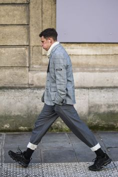 The Best Street Style From Paris Fashion Week - Men's style, accessories, mens fashion trends 2020 Italian Street Style, Autumn Street Style, Vintage Street Style Men, Goth Outfit, Man Outfit, Beanie Outfit, Outfit Work, Look 80s, Fashion Week Paris