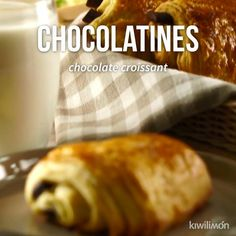 Chocolatines Video - Nothing like starting the morning with a delicious coffee and a chocolate. This delicious sweet bre - Pozole, Baking Recipes, Dessert Recipes, Delicious Desserts, Yummy Food, Deli Food, Sweet Cooking, Food Wishes, Pan Dulce