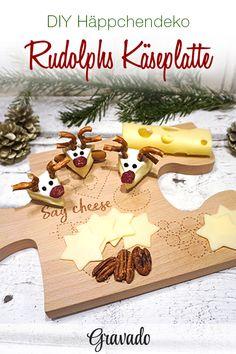 DIY Weihnachtsdeko! Mit dieser Idee wird das Anrichten der Käseplatte zum weihnachtlichen Spaß! Einfach aus Brie kleine Dreiecke schneiden und mit Salzbrezelstücken, Cranberrys und Pfefferkörnern kleine Rudolph Gesichter dekorieren! Mit dieser Idee wird die Vorspeise an Weihnachten ein voller Erfolg! Auch die Kinder haben viel Spaß beim Basteln. Ein einfaches Rezept für viel Spaß und eine tolle weihnachtliche Brotzeit! Der Fantasie sind keine Grenzen gesetzt.