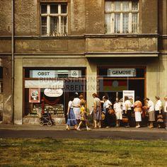Schlange vor einem Gemüsegeschäft in Weimar, 1983. © Archiv Bundesstiftung Aufarbeitung, Fotobestand Uwe Gerig