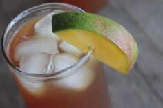mango flavored iced tea Mango Iced Tea Recipe 1 quart of water 2 mangos 4 tea bags (or however many your packages directs you to use for 1 gallon of tea) 3 Tablespoons Truvia-type sweetener* or 1 cup sugar 3 quarts water Fresco, Mango Iced Tea, Homemade Iced Tea, Peach Syrup, Cocoa Tea, Smoothie Drinks, Detox Drinks, Smoothies, Juice Drinks