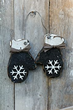 These barn black mittens are perfect for your winter or Christmas decor. They make the perfect gift for friends and neighbors, too. Keep them up Christmas Wood, Christmas Signs, Primitive Christmas, Christmas Projects, Christmas Crafts, Christmas Ornaments, Cowboy Christmas, Rustic Winter Decor, Winter Wood Crafts