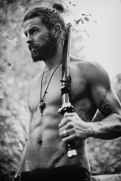 Y él… pues él tiene otras cosas que ofrecerte: | 29 Hombres que son la prueba definitiva de que barba moñito en el pelo = amor