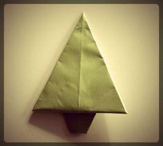 Sapin en origami (voir les étapes dans l'article Un Noël en papier > Tiroir surprise > danslachambredemesenfants.fr)