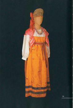Праздничный костюм молодой женщины (длина рубахи - 91 см, длина сарафана - 118 см). Состоит из рубахи, прямого полушелкового сарафана, пояса и кокошника-сборника. Дополняет наряд шелковый платок. Начало XX века. Вологодская губерния