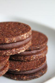 Hey! J'espère que vous passez un bon week-end! Je reviens avec une petite recette du dimanche 100% choco noisette: les biscuits cacao noisette et sa ganache au chocolat. j'espère que cette recette gourmande vous plaira, à vite! ♥ BISCUITS cacao NOISETTE & GANACHE choco il vous faut: 47g de sucre glace 35g beurre … Desserts With Biscuits, No Cook Desserts, Delicious Desserts, Bakery Recipes, Sweets Recipes, Cookie Recipes, Choco Biscuit, Biscuit Cookies, Homemade Vegetable Beef Soup