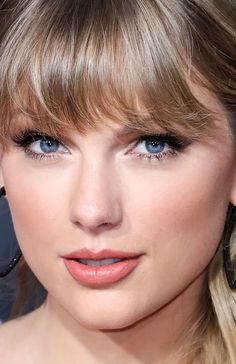 Taylor Swift at the 2019 American Music Awards. Taylor Swift Eyes, Taylor Swoft, Taylor Swift Makeup, Estilo Taylor Swift, Taylor Swift Style, Taylor Alison Swift, American Music Awards 2019, Retro Bob, Up Dos
