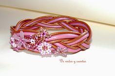 Pulsera Corona de primavera. Nudo turco en cuero con flores de delicas.