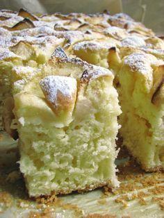 Puszyste i wilgotne ciasto na jogurcie, niezbyt słodkie, idealne na podwieczorek czy do śniadaniowej kawy. Wiem wiem propaguję teraz ...