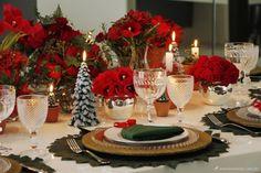 Mesa com dobradura de guardanapo de árvore de Natal
