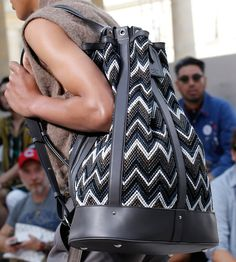 Louis Vuitton Spring 2017 Menswear Fashion Show Details Louis Vuitton Mens Bag, Louis Vuitton Homme, Louis Vuitton Luggage, Fashion News, Fashion Show, Mens Fashion, Summer Bags, Spring Summer, Sacs Louis Vuiton