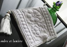 boutis 華唐草のニードルブック 完成 : ombre et lumière Chanel Boy Bag, Textiles, Shoulder Bag, Quilts, Embroidery, Sewing, Beautiful, Pattern, Handmade