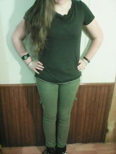 Thursday: La camiseta negro. El pantalón verde.