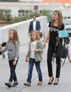 Princess of Asturia brings her daughters to visit their Grandpa in hospital 9/27/13