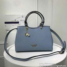 cbdacef728f4 上品な雰囲気を演出したプラダ バッグ レディースです。光沢感が溢れる上質なレザーを使用しました。スペースは長財布やノートなどものが収納できます。