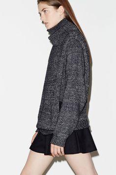 Le pull XXL et la jupe volantée Associez les pièces de manière surprenante comme une mini jupe et un pull trop grand et vous obtiendrez un look d'enfer