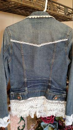 Veste en Jean remodelée Bleu Denim veste originale en Arizona Cousu à la main avec une variété de blanc cassé et bordure en dentelle Vintage blanc Taille moyenne  Mesures approximatives : Fermeture à bouton devant Arizona métal 18 4 ourlet garniture de dentelle 34 buste 24 manchon