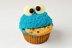 cookie monster cupcake - My 4 year old birthday cake looked identical to this. Completely in love.