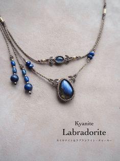 カイヤナイト(ネパール産)ラブラドライト、マクラメ編みチョーカーネックレス&ヘッドドレス販売。カイヤナイトとラブラドライトをあしらった2wayチョーカーネックレス&ヘッドドレス。 透明感と艶、美しいインディゴブルーの色味を兼ね備えたネパール産カイヤナイトに、 ディープブルーの印象的な輝きを見せるラブラドライトをセレクトしました。 天然石が引き立つようベージュ色の蝋引き糸をセレクトし、石周りには繊細な編み目をひと編みひと編み丁寧に編み上げています。 女性らしく首回りを華奢に見せてくれるようなデザインで、首回りにキュッっとチョーカーのように身につけていただいたり、 ヘッドドレスとしてもぴったりハマる、ストーンズスピリット一押しのマルチネックレス。 紐色・天然石・ビーズのバランスが絶妙で美しさをより際立たせた、上品さと華やかさを併せ持ったデザインに仕上がっています。 Macrame Necklace, Macrame Jewelry, Macrame Bracelets, Resin Jewelry, Wire Wrapped Jewelry, Jewelry Crafts, Handmade Jewelry, Magical Jewelry, Micro Macramé