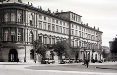 Warszawa na zdjęciach Willema van de Polla 1934  Hotel Europejski. W tle kamienica przy Krakowskim Przedmieściu 40. Na zdjęciu widzimy też ostantni, warszawski kandelabr gazowy, postawiony w 1890 (zdemontowany w 1938).