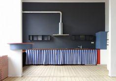 Dries Otten est un designer de mobilier, architecte d'intérieur et scénographe basé en Belgique qui met en scène des espaces de façon ludique et colorée.