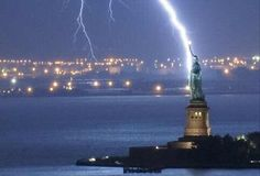 ESTÁTUA DA LIBERDADE, NOVA YORK Esses relâmpagos fazem a famosa estátua ficar…