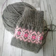 Crochet Socks, Knit Mittens, Crochet Yarn, Knitting Socks, Hand Knitting, Knitted Hats, Knit Socks, Knitting Charts, Knitting Patterns