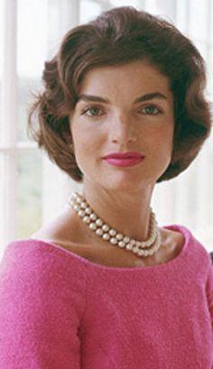 Jackie Kennedy, First Lady and style icon Jacqueline Kennedy Onassis, John Kennedy, Estilo Jackie Kennedy, Les Kennedy, Jaqueline Kennedy, Kennedy Wife, Estilo Glamour, Foto Art, Iconic Women