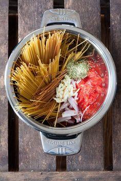 Schnell, einfach und genial gut - das One Pot Pasta Grundrezept ist perfekt für alle Pastaliebhaber mit wenig Zeit.