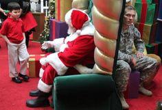 Este niño recibirá el mejor regalo del mundo! Su padre recién llegado de la guerra!