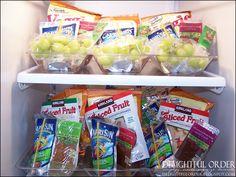 bandejas plásticas con opciones de merienda para los 5 días ya preparadas. Delightful Order: Organizing Children's School Lunches