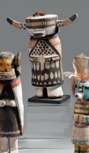 Etonnant KACHINA par Wilson Tawakaptewa Hopi, Arizona, vers 1930 Cottonwood, pigments, laine Ht: 18,5cm  INspiré de Waka et Shalako