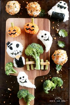 Halloween: Onigiri edition. Find out how easily you can make this for your kids or yourself. Only few ingredients needed. No sweets involved