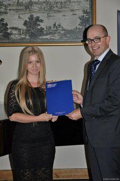 Dyplom wręcza Dyrektor British Council!