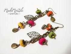 boucles d'oreille chaîne bronze, fleur, perles tissus rose, orange, pois, jaune vert avec breloque