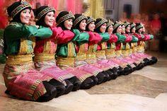 1001indonesia.net Pada tari saman, kita mendapati adanya ekspresi seni sekaligus spiritual yang diwujudkan melalui pengulangan gerak dan syair.