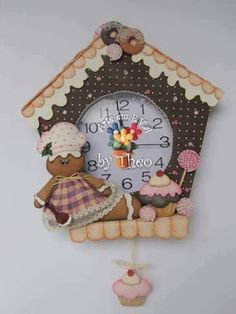CREDITOS NAS FOTOS Christmas Clock, Felt Christmas, Christmas Time, Christmas Ornaments, Foam Crafts, Diy And Crafts, Cool Clocks, Fabric Houses, Diy Clay