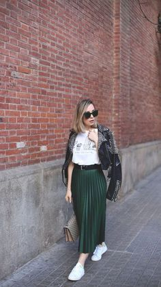 The Top 5 Fashion Basics for Cute Casual Teen Outfits Pleated Skirt Outfit, Long Skirt Outfits, Modest Outfits, Modest Fashion, Chic Outfits, Fashion Basics, Look Fashion, Winter Fashion Outfits, Spring Outfits