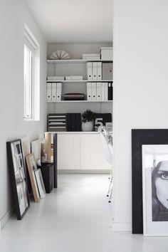 edesignmix: (via elv's: workspace inspiration) Workspace Design, Office Interior Design, Home Office Decor, Office Interiors, Home Decor, Workspace Inspiration, Interior Inspiration, White Rooms, Interiores Design