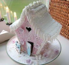 A pink Christmas gingerbread house Christmas Gingerbread House, Gingerbread Man, Gingerbread Cookies, Christmas Cookies, Cookie House, House Cake, Pink Christmas, Christmas Baking, Xmas
