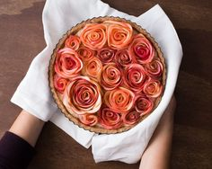 What about adding these apple roses to the top of a cake? Apple Rose Tart, Apple Roses, Yummy Treats, Sweet Treats, Mousse Au Chocolat Torte, Apple Slices, Sweet Tooth, Brunch, Food And Drink