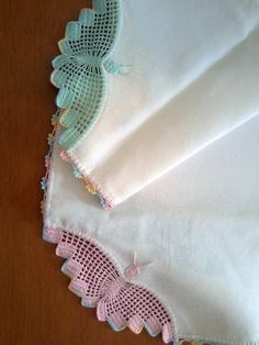 Crocheted Hankie / Waitresses always wore one, in their crisp white uniform pocket. Josie crocheted her own. Crochet Boarders, Crochet Lace Edging, Crochet Flower Patterns, Lace Patterns, Crochet Doilies, Crochet Towel, Cute Crochet, Vintage Crochet, Crochet Baby