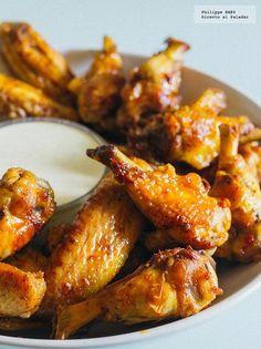 Receta de las alitas de pollo picantes estilo Búfalo. Receta con fotografías del paso a paso y recomendaciones de degustación. Recetas de botanas